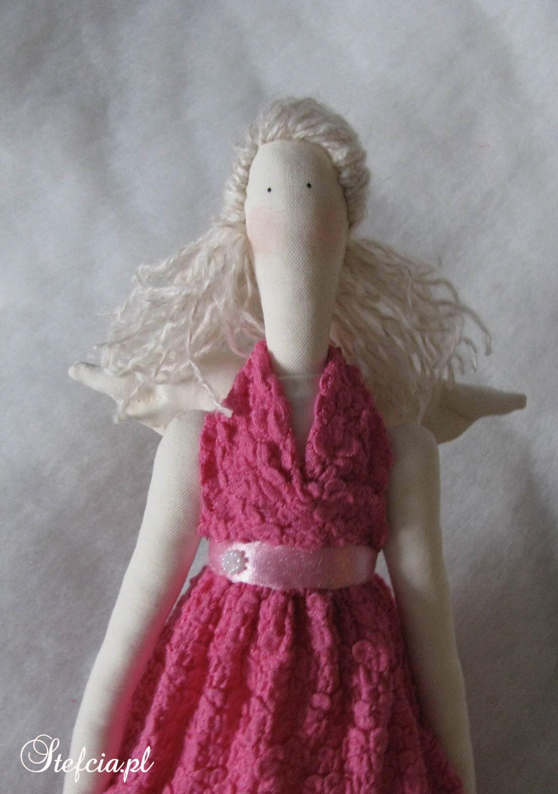 tilda aniolek rozowa koronka blondynka przod gora